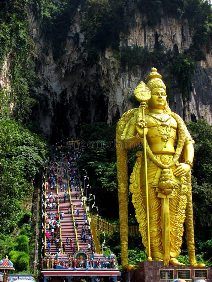 La estatua de dios hindú delante de Batu excava, Malasia fotos de archivo