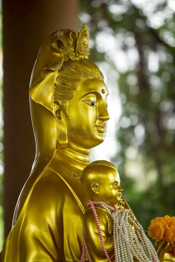 La estatua de Guan Yin Gold es hermosa imagen de archivo