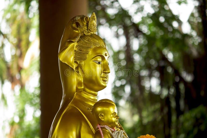 La estatua de Guan Yin Gold es hermosa imagen de archivo libre de regalías