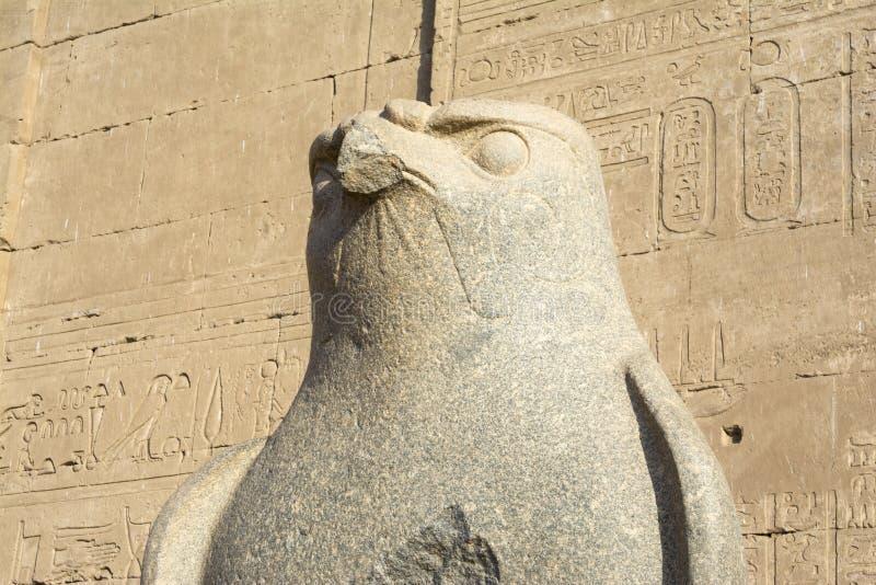 La estatua de Horus en el templo de Edfu, Egipto fotos de archivo
