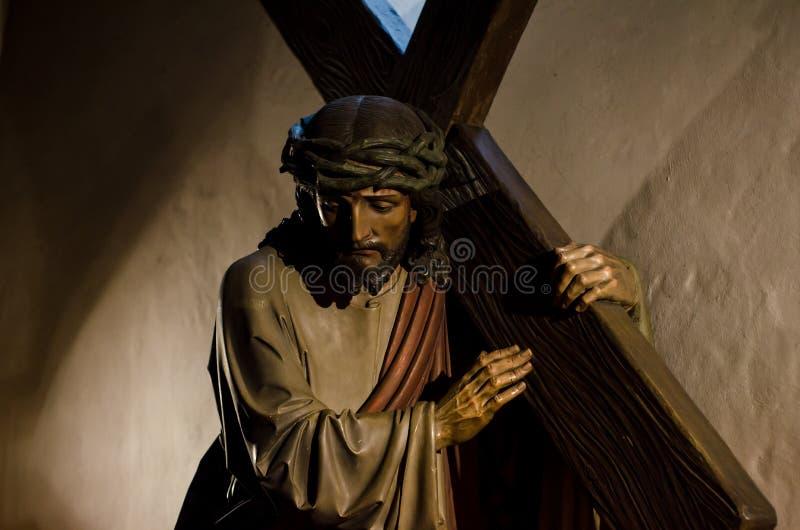 La estatua de Jesús lleva la cruz fotos de archivo