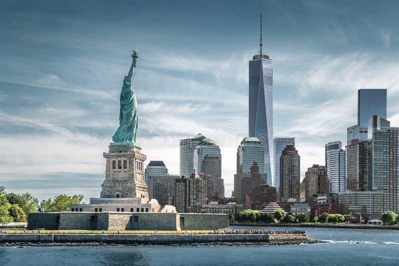 La estatua de la libertad con un fondo del World Trade Center, señales de New York City fotografía de archivo