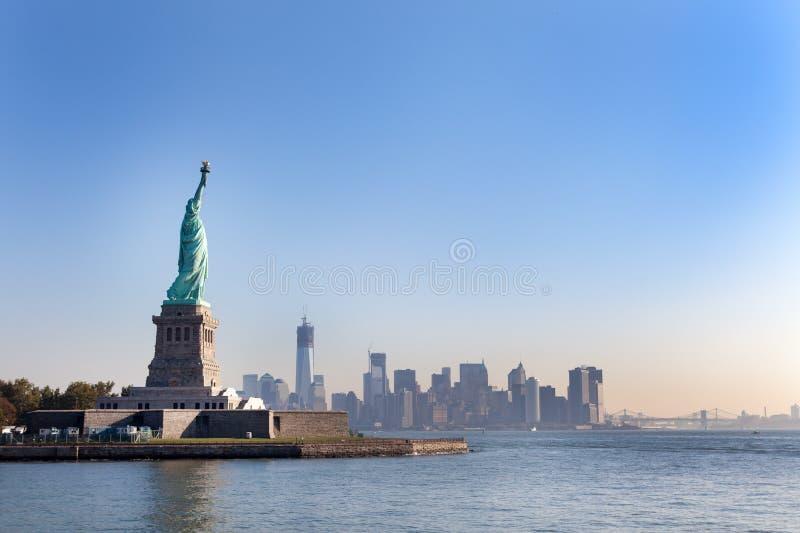 La estatua de la libertad y de New York City imagenes de archivo