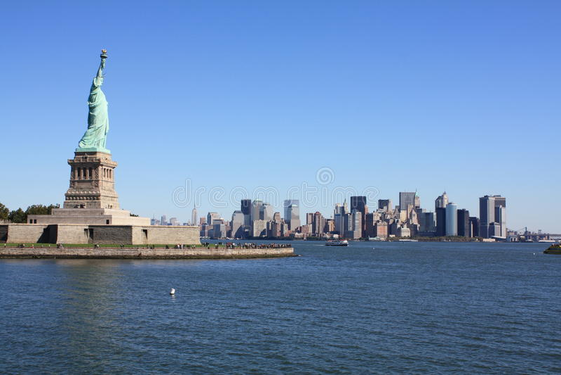 La estatua de la libertad y de Nueva York foto de archivo libre de regalías
