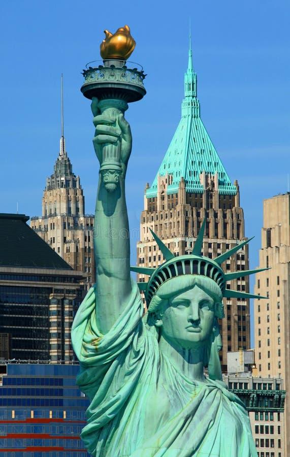 La estatua de la libertad y del horizonte de Manhattan fotografía de archivo libre de regalías