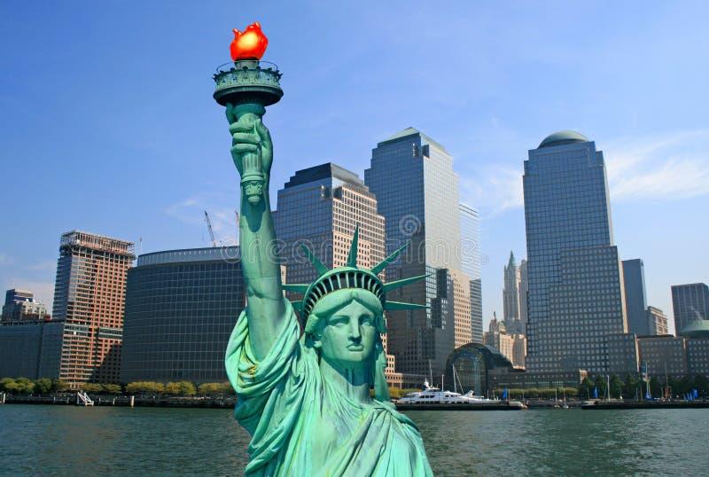 La estatua de la libertad y del horizonte de NYC foto de archivo libre de regalías