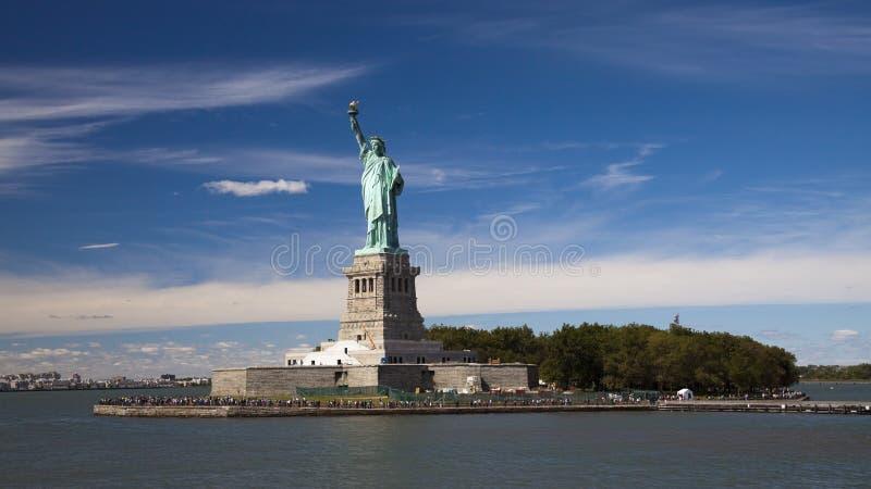 La estatua de la libertad y del parque fotografía de archivo