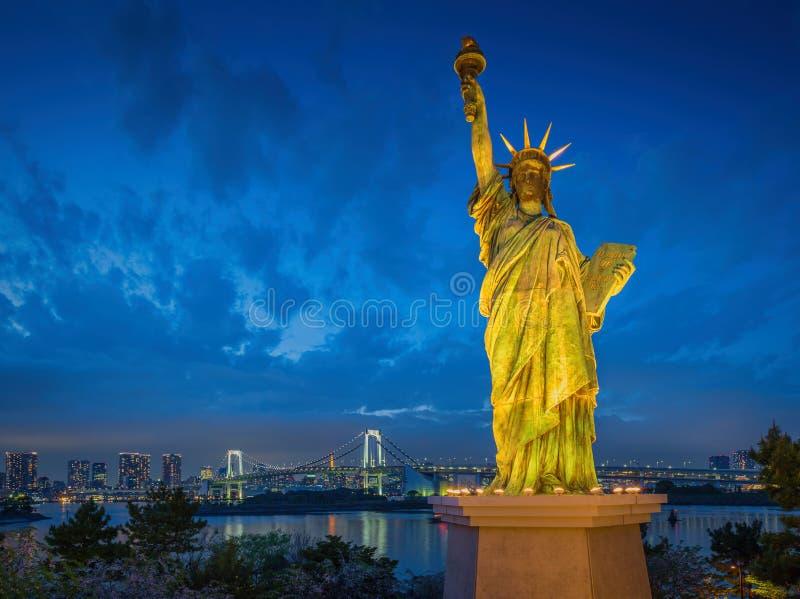 La estatua de la libertad y el arco iris tienden un puente sobre, localizado en Odaiba Tokio, w imagen de archivo libre de regalías