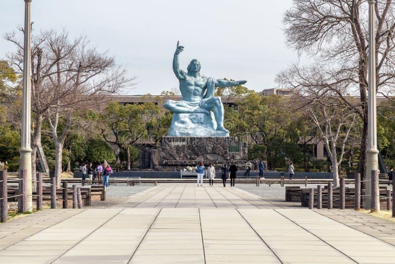 La estatua de la paz en el parque de la paz de Nagasaki, Japón imagenes de archivo