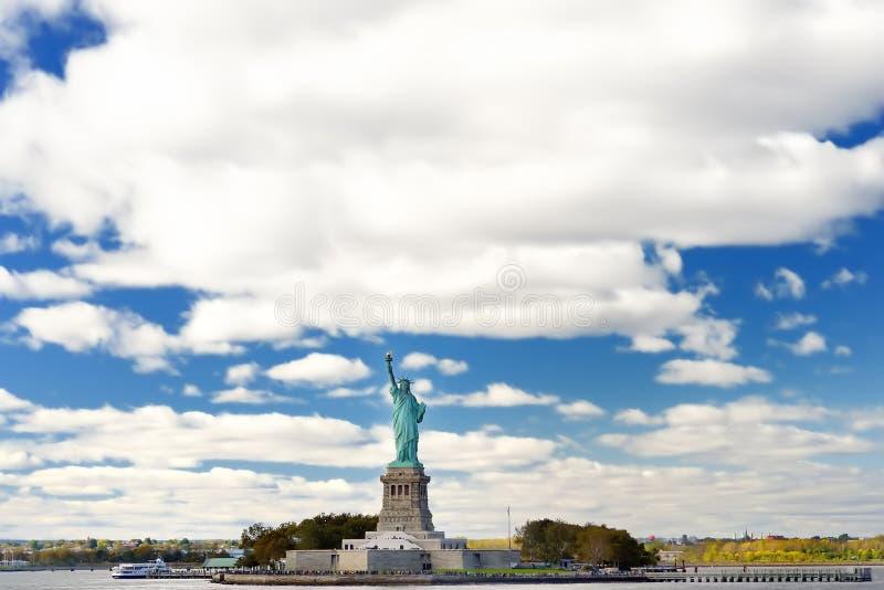 La estatua de la libertad y de la isla de la libertad, New York City, los E.E.U.U. imágenes de archivo libres de regalías