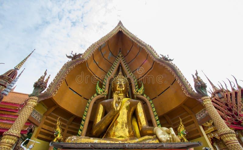 La estatua de oro de Buda adornada con el mosaico dentro de la bóveda semicircular nombró el ` de Chin Prathanporn del ` situado  fotografía de archivo