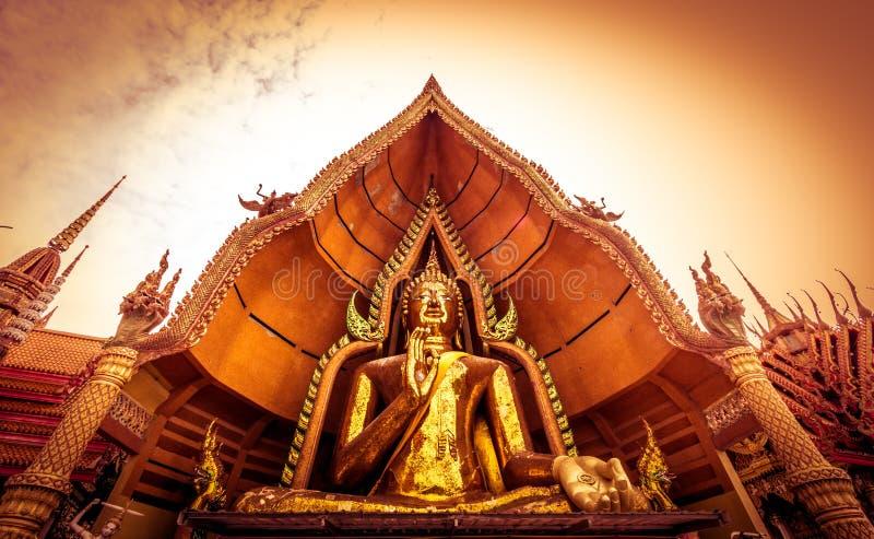 La estatua de oro de Buda adornada con el mosaico dentro de la bóveda semicircular nombró el ` de Chin Prathanporn del ` situado  foto de archivo