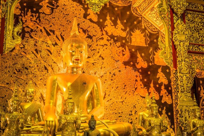 La estatua de oro de Buda de Tailandia ?Wat Den Salee Sri Muang Gan nombrado templo Wat Ban Den ? imágenes de archivo libres de regalías