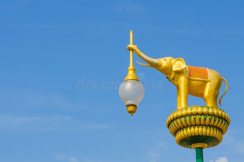 La estatua de oro del elefante de la arquitectura en el cielo azul foto de archivo