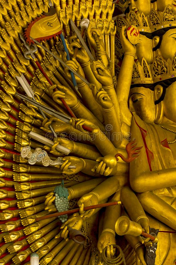 La estatua de oro de oro de Guanyin tiene una mano con 1000 manos fotos de archivo