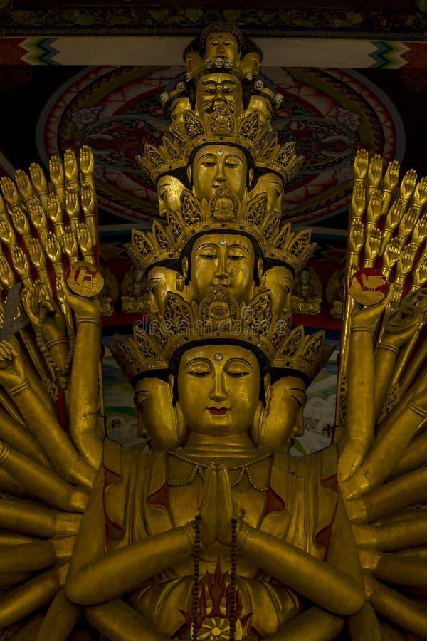 La estatua de oro de oro de Guanyin tiene una mano con 1000 manos imagen de archivo libre de regalías