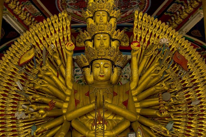 La estatua de oro de oro de Guanyin tiene una mano con 1000 manos fotografía de archivo libre de regalías