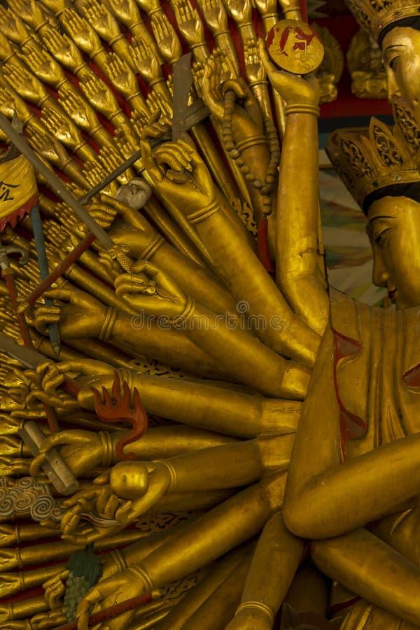 La estatua de oro de oro de Guanyin tiene una mano con 1000 manos fotografía de archivo