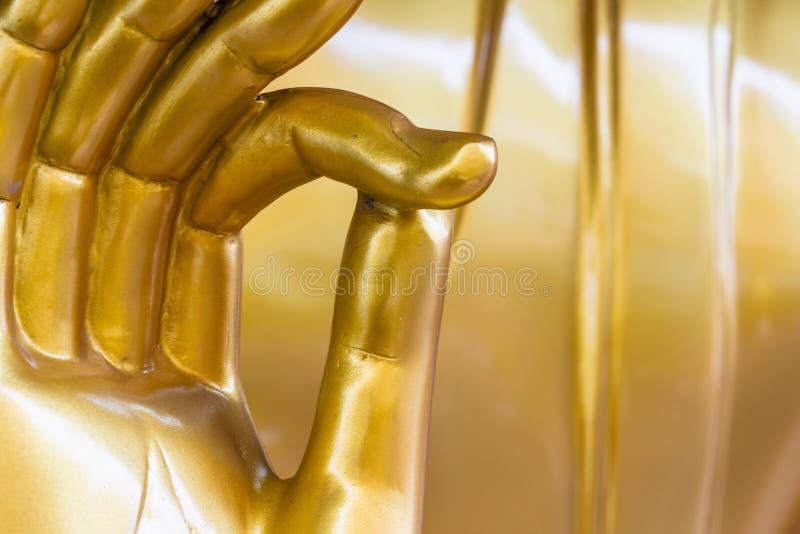 La estatua de oro de la mano de Buda foto de archivo