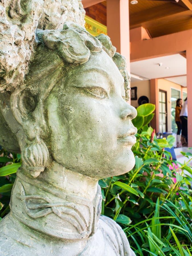 La estatua de la piedra que talla a la mujer hermosa en chino antiguo se viste foto de archivo