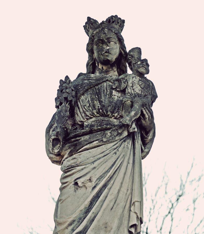 La estatua de piedra vieja mística de la madre y del Jesús bendecidos es partl fotos de archivo libres de regalías