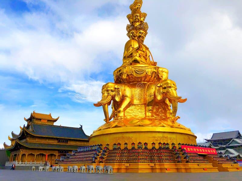 La estatua de Samantabhadra se coloca en el Monte Emei imágenes de archivo libres de regalías