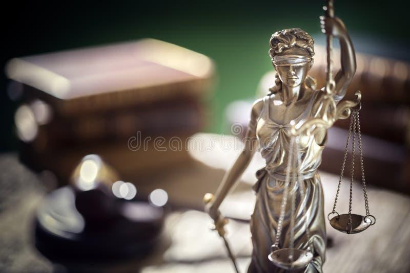 La estatua de la Señora de la Justicia, de carácter jurídico y jurídico, con escalas de justicia fotos de archivo