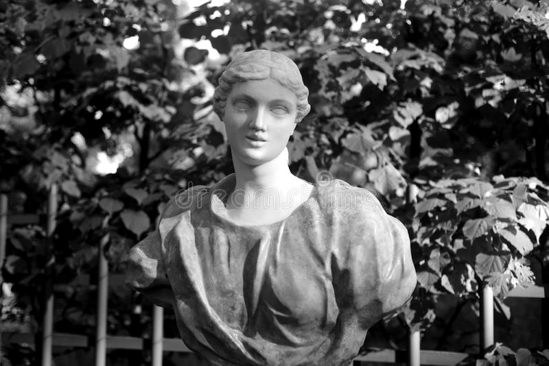 La estatua de una mujer joven foto de archivo