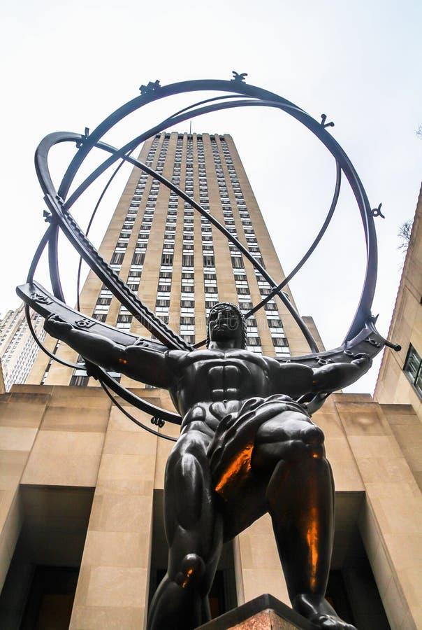 La estatua del atlas que sostiene las esferas celestiales delante del Rockefeller Center, foto de archivo