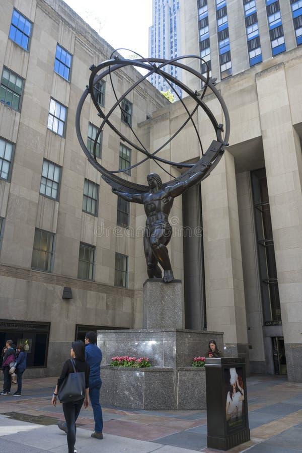 La estatua del atlas que sostiene las esferas celestiales en el ` s Fifth Avenue de New York City fotografía de archivo