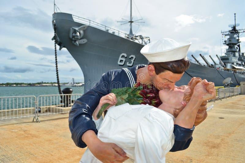 La estatua del beso. USS Missouri en el fondo imagen de archivo