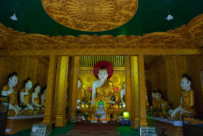 La estatua del Buda de oro Interior Kyaik Tan Lan La pagoda vieja de Moulmein Mawlamyine, Myanmar birmania foto de archivo libre de regalías