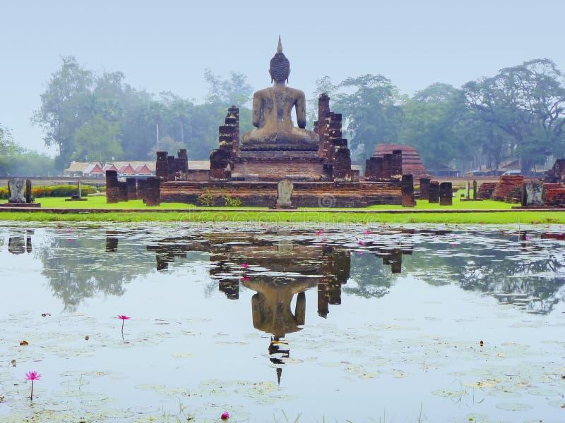 la estatua del Buda en el parque en Tailandia imágenes de archivo libres de regalías