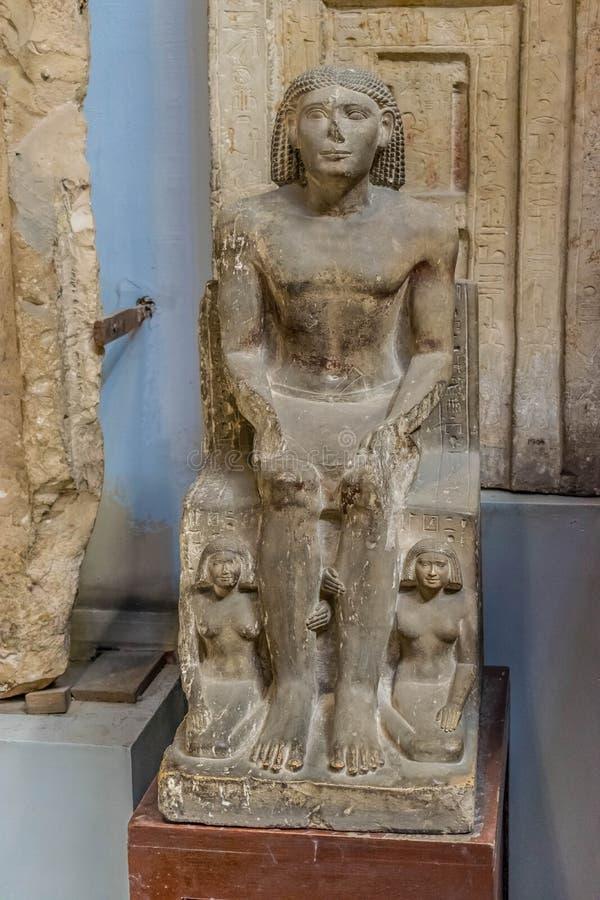 La estatua del faraón y de sus esposas imagen de archivo