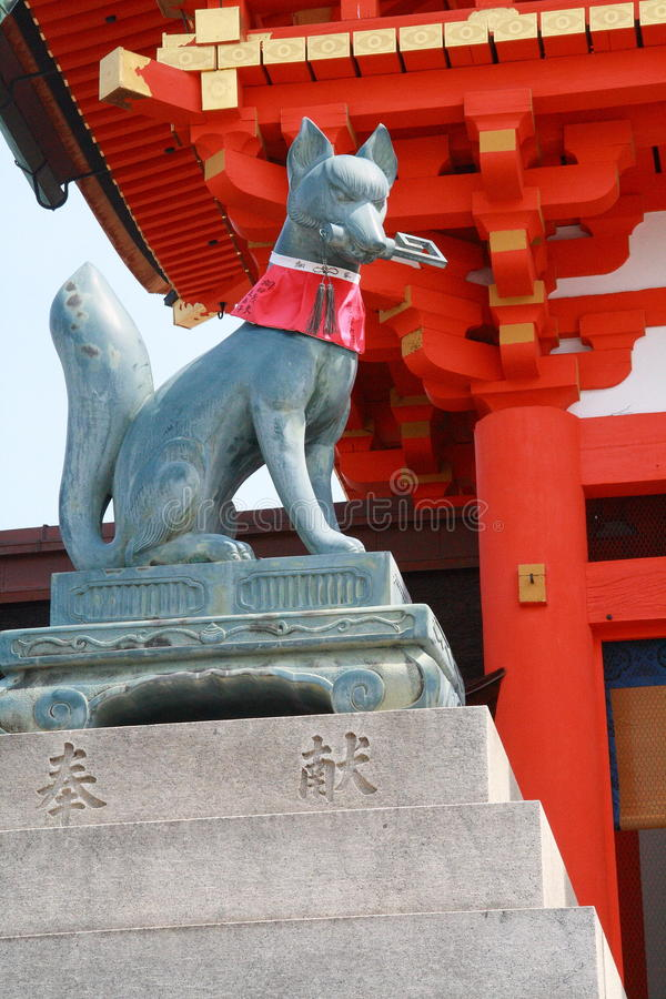 La estatua del Fox delante de Fushimi Inari Taisha fotografía de archivo