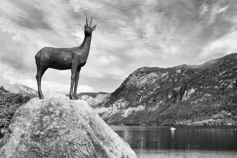 La estatua del legendario Goldhorn - Zlatorog - Chamois en la orilla del lago Bohinj, Eslovenia foto de archivo libre de regalías