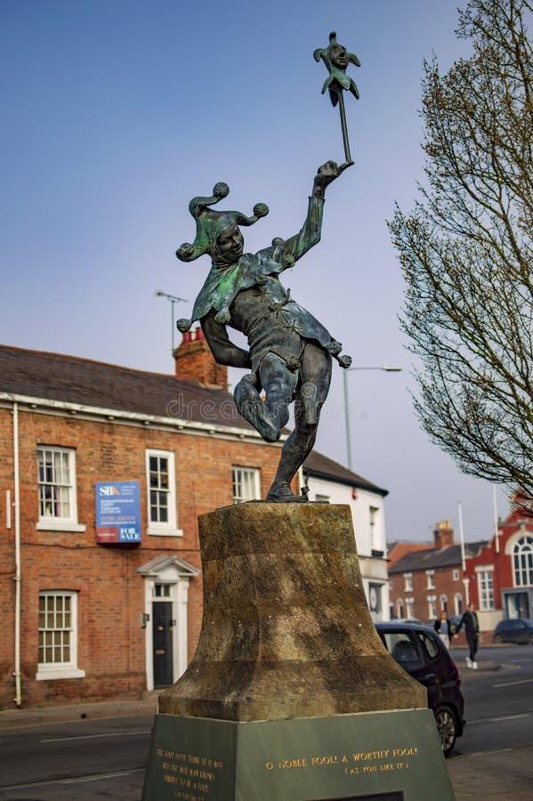 La estatua del payaso en el stratford sobre avon y árbol fotos de archivo libres de regalías