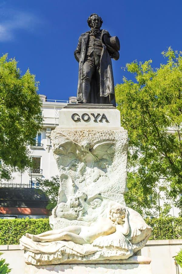 La estatua del pintor famoso español Goya en la entrada a imagenes de archivo