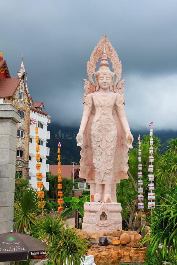 La estatua derecha alta rosada de Lord Buddha, con ambas las manos en sus lados, en Pha Sorn Kaew, en Khao Kor, Phetchabun fotos de archivo libres de regalías
