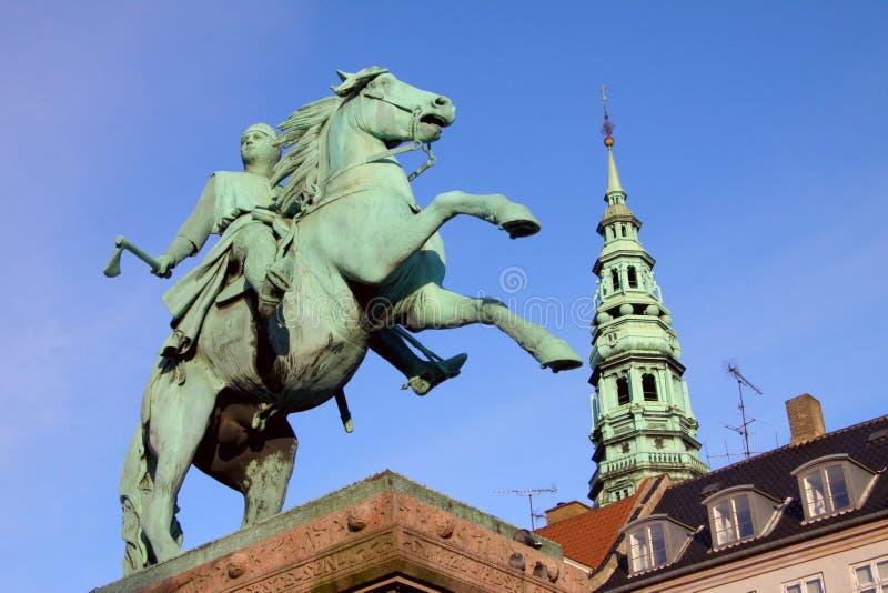 La estatua ecuestre de Absalon en Højbro Plads en Copenhague, Dinamarca Obispo Absalon era el fundador legendario de la ciudad imagen de archivo