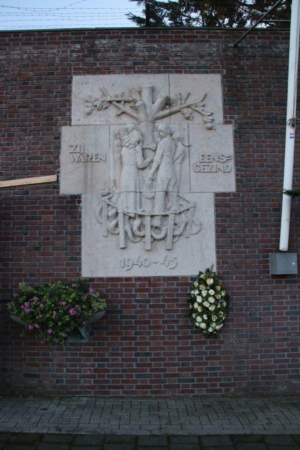 La estatua en la pared nombrada 'Zij waren el eensgezind 'en fuera de la prisión Scheveningen imagenes de archivo