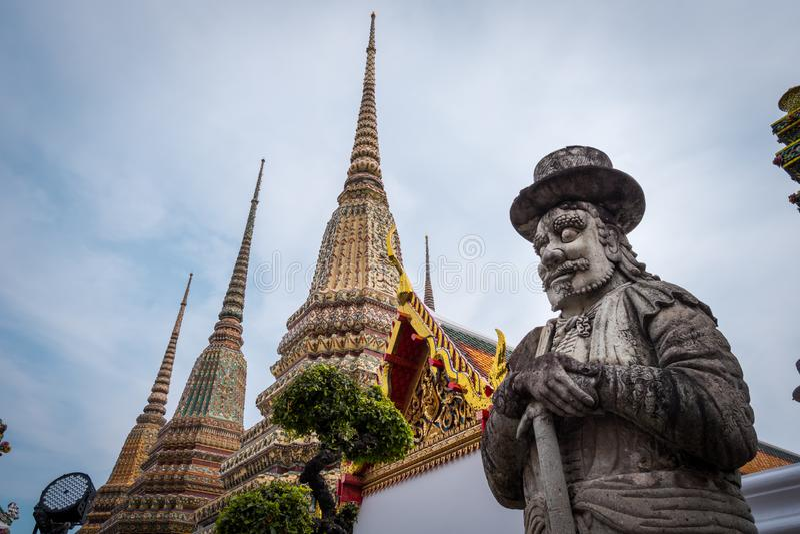La estatua gigante china en Wat Phra Chetuphon Wat Pho o Wat Phra Chetuphon Vimolmangklararm Rajwaramahaviharn foto de archivo