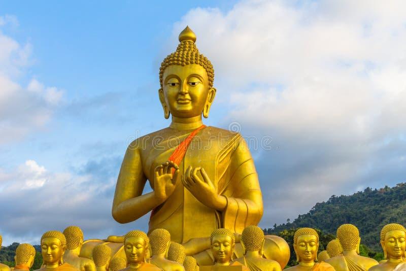 la estatua grande de oro de Buda entre muchas pequeñas estatuas de Buda foto de archivo libre de regalías