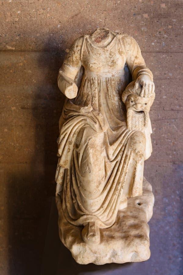La estatua quebrada de la mujer que corta sus maridos dirige en la mitología griega imágenes de archivo libres de regalías