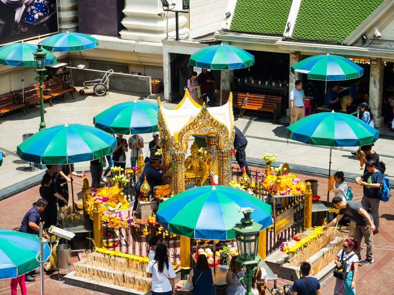 La estatua santa de oro de Brahma está sobre dios hindú en el centro de Bangkok, es un lugar para adorar fotografía de archivo libre de regalías