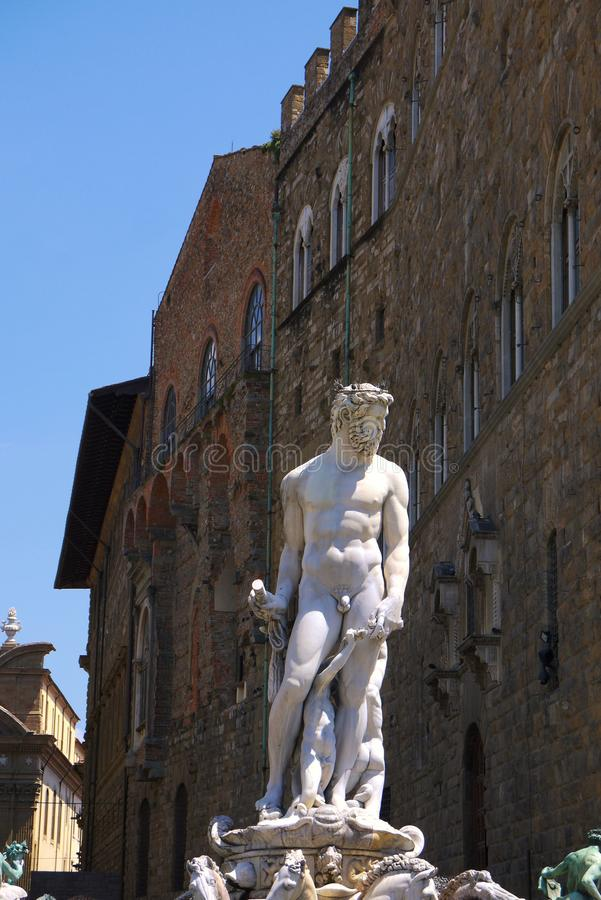 La estatua y la fuente de Neptuno en Florencia Italia fotos de archivo