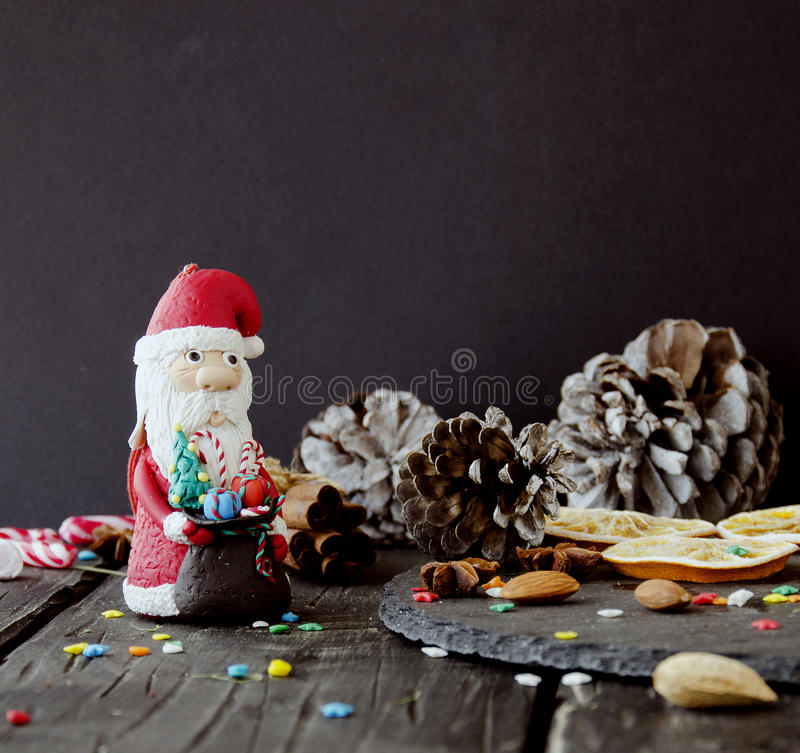 La estatuilla Santa Claus Christmas EL FONDO ramifica, foco selectivo imagen de archivo libre de regalías