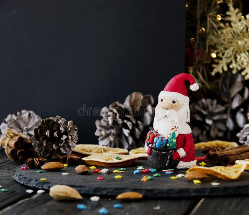 La estatuilla Santa Claus Christmas EL FONDO ramifica, foco selectivo fotos de archivo libres de regalías