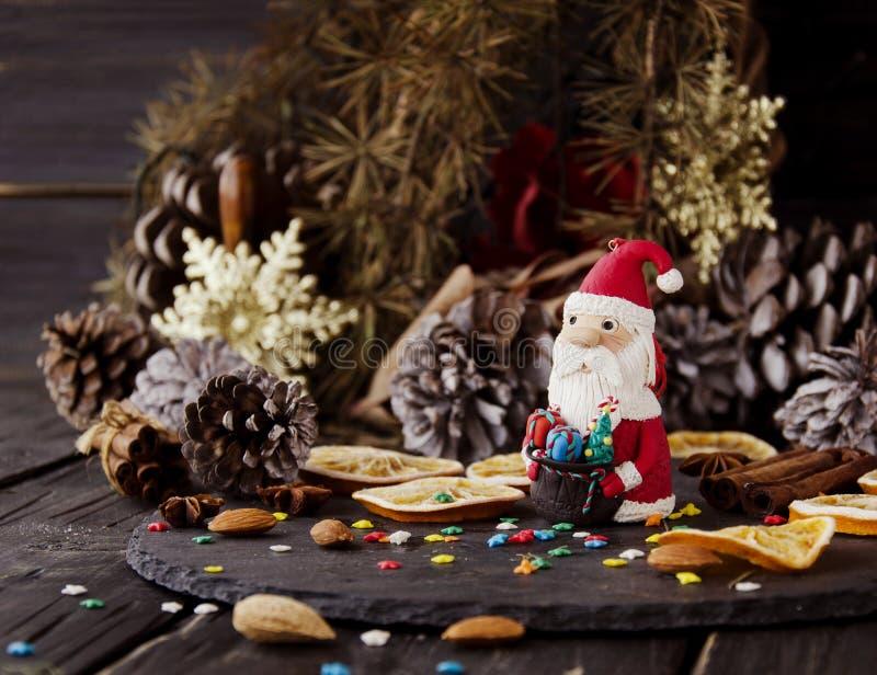 La estatuilla Santa Claus Christmas EL FONDO ramifica, foco selectivo foto de archivo