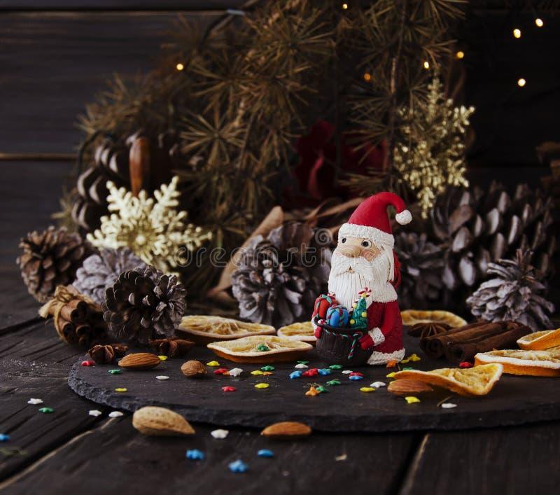La estatuilla Santa Claus Christmas EL FONDO ramifica, foco selectivo fotos de archivo
